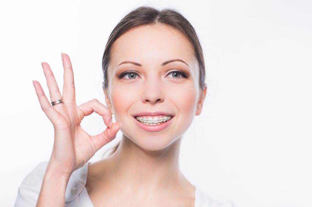 高津充雄 矯正するしないWoman with teeth braces